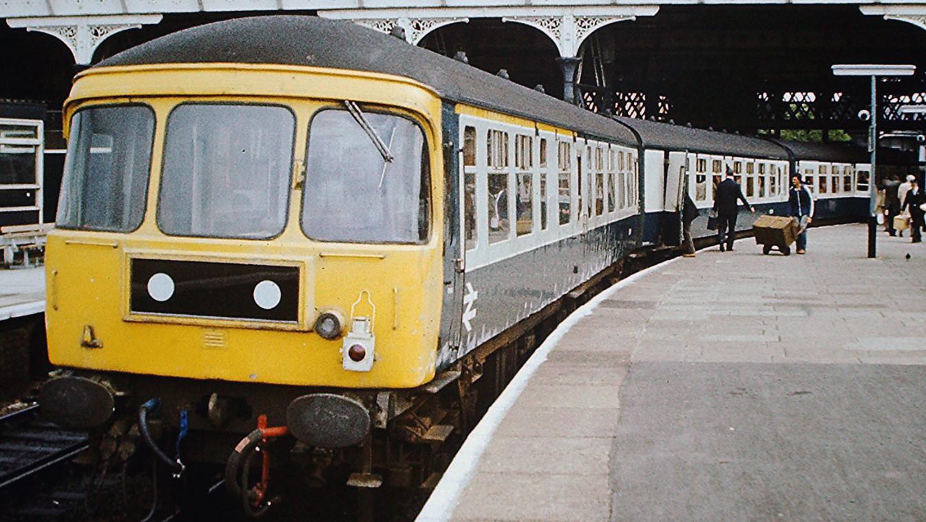 124 set consisting of E51952, E51969, E59766, E51977 & E51960 at Manchester Victoria in July 1978. ©Hugh Llewelyn